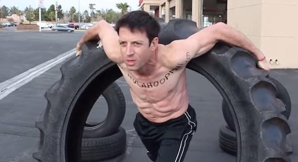 【衝撃動画】フラフープマンがトラックの超巨大タイヤ回しに挑戦