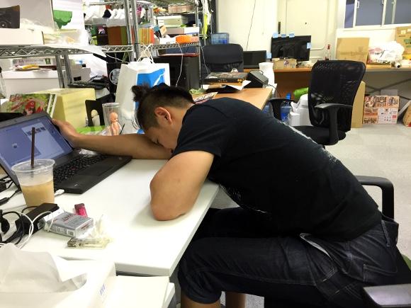 【新発見】オフィスで一番よく眠れる「仮眠方法」を探した結果『ひざまくらが最高』と判明