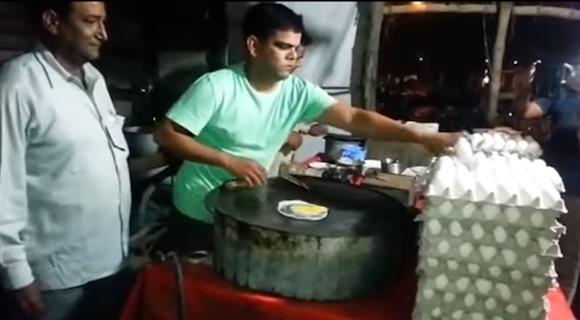 【衝撃動画】インドでは日常茶飯事!? 料理に使う卵からヒヨコが誕生する珍事が発生!!
