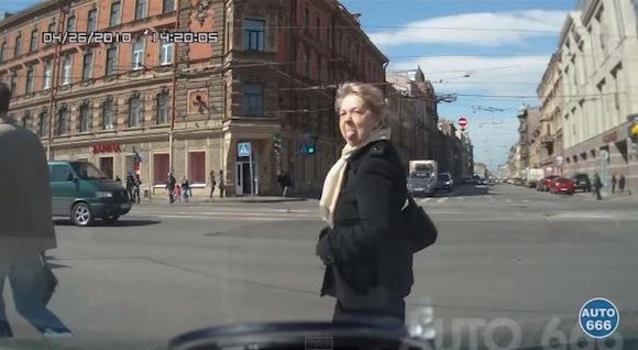 【おそロシア動画】道路を横断するロシア人女性が命知らずすぎてヤバい