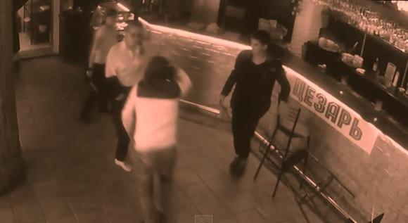 【衝撃動画】男性客のちょっかいにブチギレた女性店員が返り討ちにしてフルボッコ