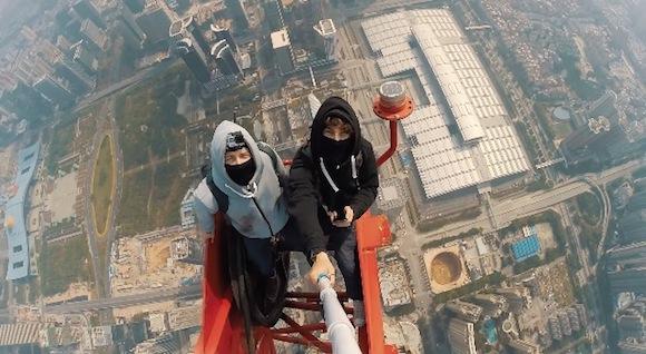 【閲覧注意動画】ロシア人が丸腰で世界第2位の高さを誇る超高層ビルに登頂