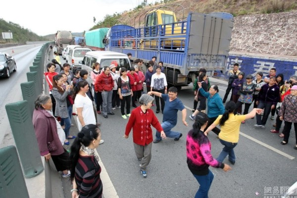 traffic-jam-China-highway-dance-163com-600x400