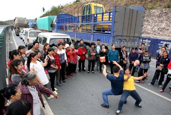 【ある意味カオス】中国で渋滞が起きるとこうなるって画像集