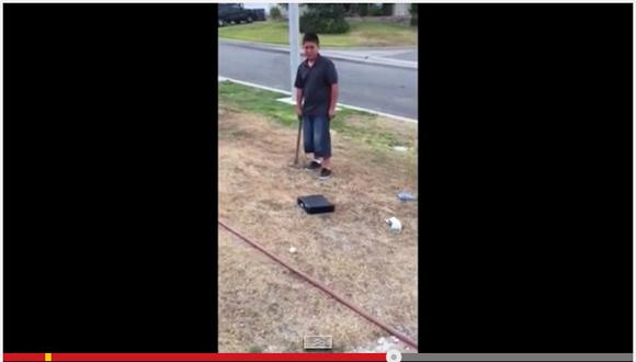 【悲しすぎる動画】成績不振で父親ブチギレ! 息子にハンマーで「Xbox」を破壊するように命じる