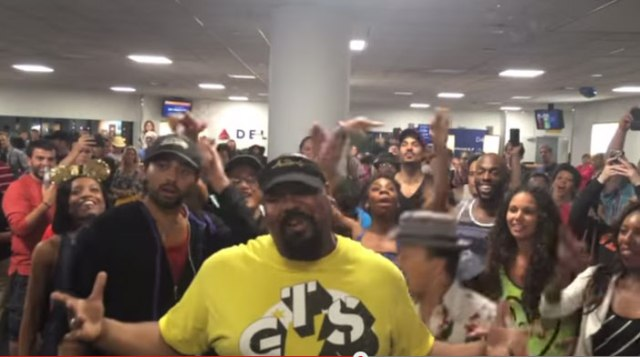 【動画】飛行機が大幅遅延! イラ立ちMAXの乗客にミュージカル『ライオンキング』と『アラジン』の俳優がサプライズで歌って皆が笑顔に