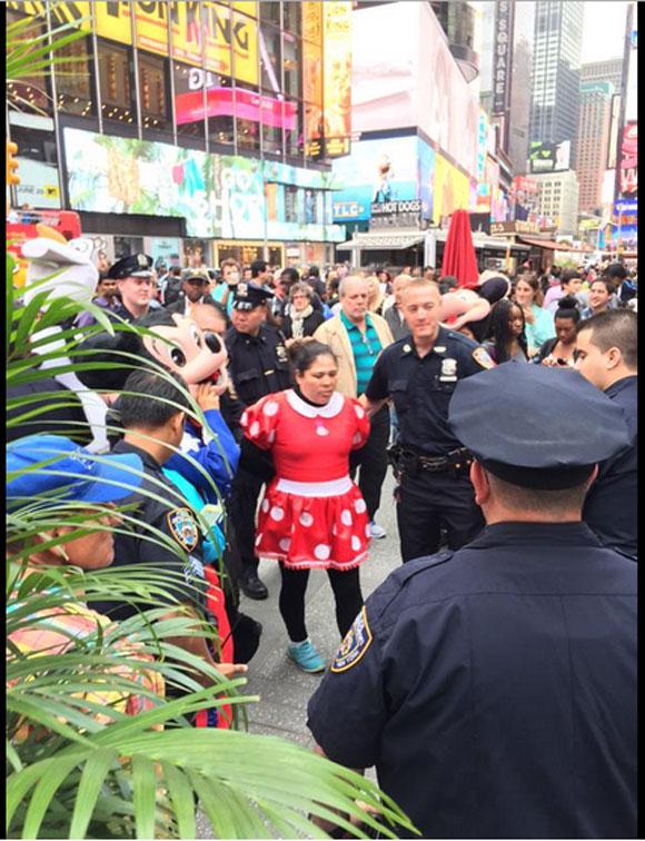 """【衝撃事件】ニューヨークの繁華街で「ハローキティ」と「ミニーマウス」が大乱闘! """"中の人"""" が暴行容疑で逮捕される"""