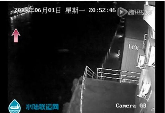 """【中国・客船沈没事故】 """"事故直前の映像"""" が撮影されていた! 雷? 竜巻? 強い閃光が何度も走る"""