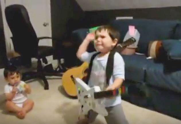 【動画】未来は大物ミュージシャン!? ロックに合わせて「ヘッドバンギングしまくる2歳児」が筋金入りロッカーな件