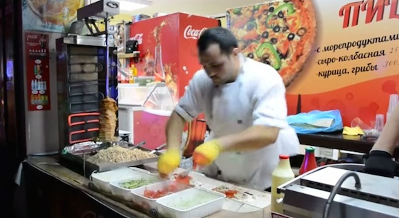 【神業動画】目にも止まらぬ速さでケバブを作る料理人がめちゃくちゃカッコイイ!!