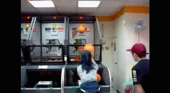 【神業動画】ゲーセンのバスケゲームでおばちゃんが見せたテクニックがマジでスゴい!!