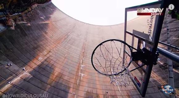 【衝撃バスケ動画】126.5メートルの高さから放ったシュートがズバッとゴールに突き刺さって世界記録を更新