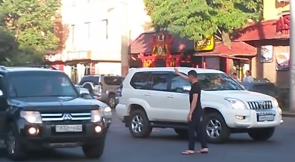 【動画あり】信号機が壊れた交差点で率先して交通整理をした一般人がスゴい!!