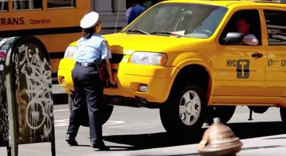 【衝撃動画】駐車違反しているドライバーと揉めてブチギレた婦警が素手で車持ち上げて強制レッカー