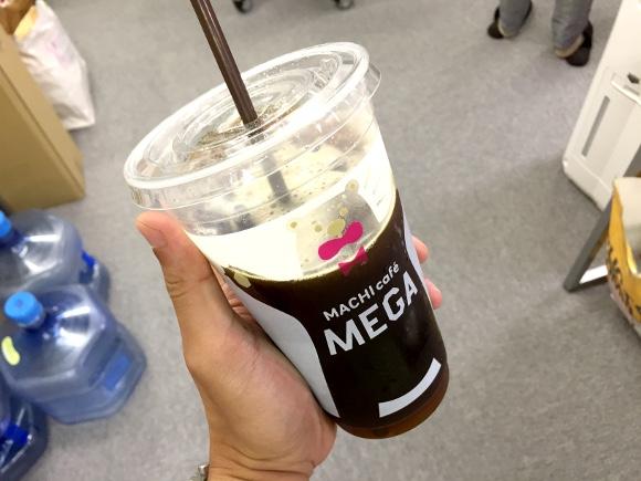 【コンビニカフェ】ローソンの「淹れたてアイスコーヒー」にお得なメガサイズ登場! ただし改善の余地あり