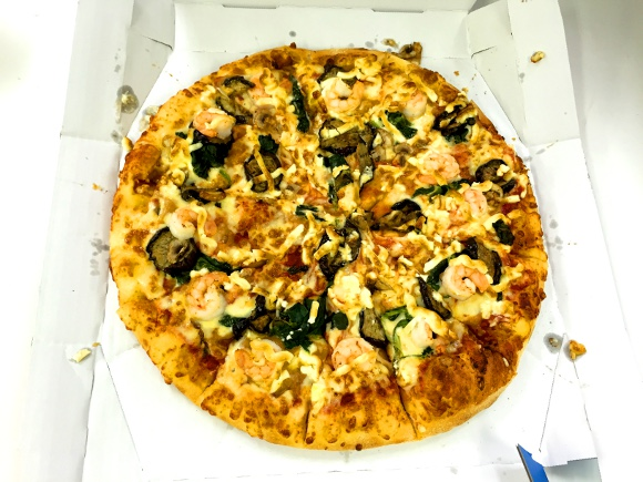 【本日発売】史上初まさかの「トムヤムクンピザ」登場! ドミノピザの本気を感じるガチトムヤム!!