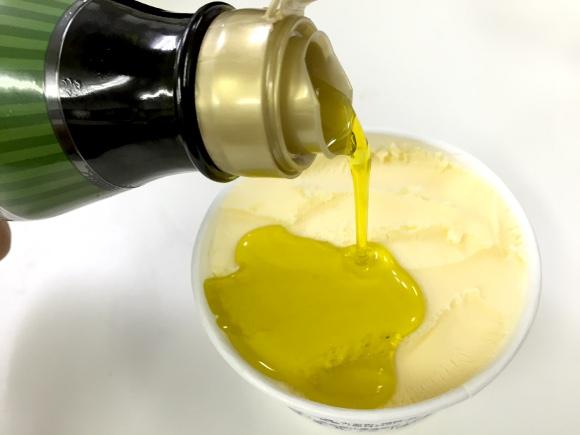 【マジかよ】「バニラアイス+オリーブオイル+塩」にハマる人が続出しているらしい / やってみたらこんな味だった