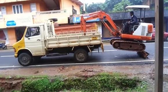 【衝撃動画】インドで激撮された「重機を車の荷台に乗せる方法」がヤバい