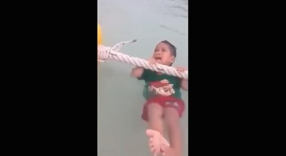 【動画あり】溺れて泣いている男の子が一瞬で泣き止んだ意外すぎる理由