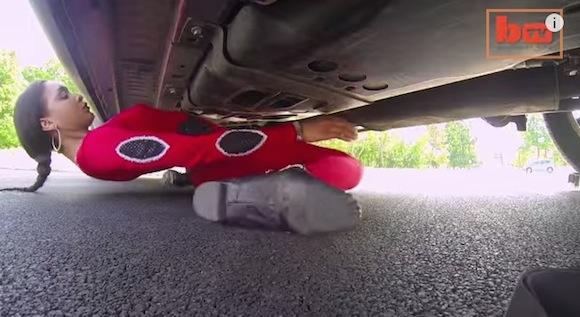 【動画あり】驚異の柔らかさ! 車の下をくぐり抜ける「リンボーダンスクイーン」がスゴすぎる!!