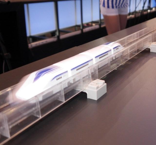 【東京おもちゃショー】マジで速ええ! 磁力で浮上・走行するレールトイ「リニアライナー」が高速すぎて目で追うのが大変ッ!!