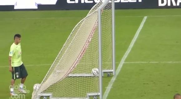 【衝撃サッカー動画】ブラジルの至宝・ネイマールがゴール裏から魔法のゴールを決める