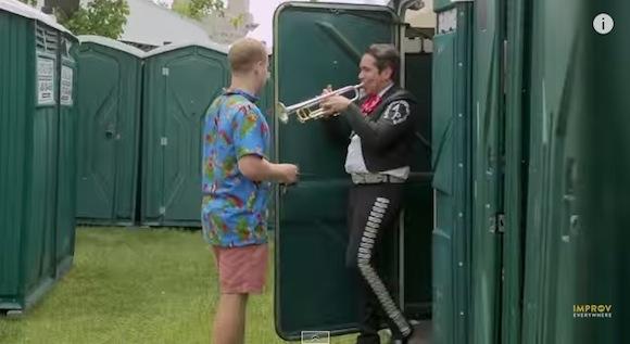 【野外フェスドッキリ動画】ドアを開けたら音楽隊に祝福される仮設トイレ