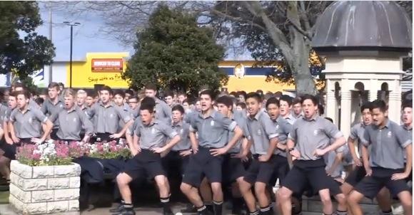 【鳥肌】総勢1700名以上! 男子高校生が『魂のダンス & 雄叫び』で亡き教師への死を悼む / これがニュージーランド民族舞踊の「ハカ」だ!