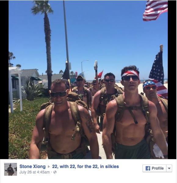「兵士の心の闇」を知ってほしい! 上半身裸のムキムキ海軍兵が 22km を歩き通すイベントが開催される!!