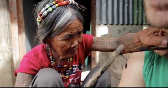 """100才までタトゥーを彫り続けたい / 95才にして今なお現役の """"最後のカリンガ・タトゥー彫り師女性"""""""