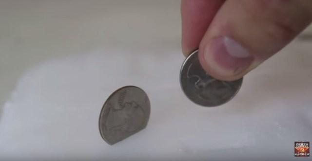 【衝撃実験動画】狂気を感じる動き! ドライアイスに小銭をブッ刺すとポルターガイストみたいになる