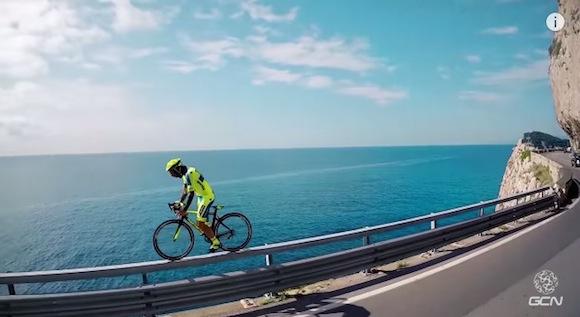 【神業動画】一歩踏み外したら命の保証はなし! 自由自在にロードバイクを乗りこなすフリースタイルがスゴすぎる!!