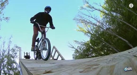 【神業動画】自転車に乗ったまま後方宙返り4回転! 命がけの大記録が更新される