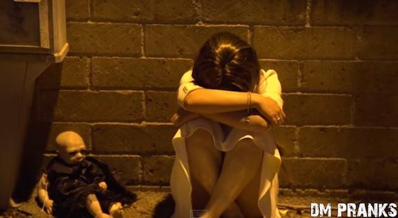 【閲覧注意動画】路上で泣いている少女が悪魔のような顔だった! 海外で仕掛けられたドッキリが怖すぎて夢に出てくるレベル