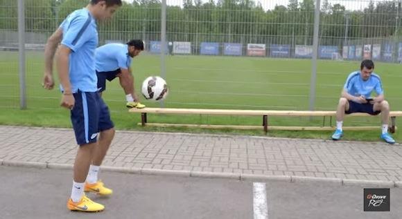 【衝撃サッカー動画】ボールを爆発させるキック力を持つ選手がベンチを踏んだらこうなった