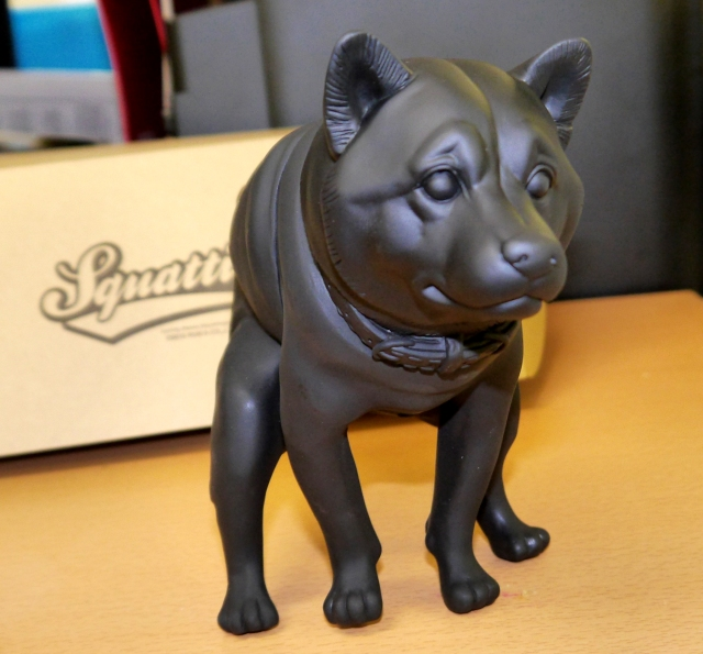 アノ衝撃のフィギュア「いきむ犬」が海外で話題を呼び300万の資金調達に成功! そしてついに販売開始だッ!!