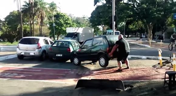 怪力で迷惑駐車を成敗! 力ずくで強制レッカーする動画が再生回数600万オーバーの大ヒット!!