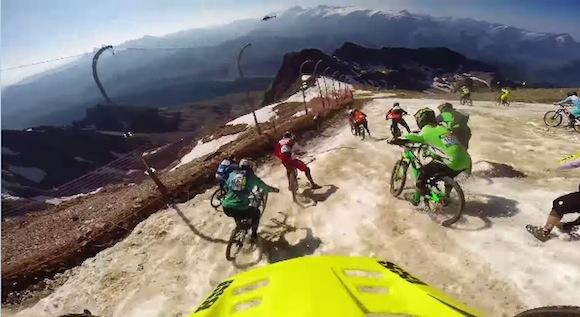 【衝撃動画】雪山の頂上から自転車で全速疾走! 世界一過酷なダウンヒルレースがマジでヤバい