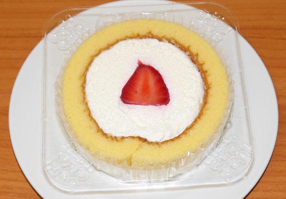 何回も言うけど「毎月22日はローソンのロールケーキが特別仕様の日」同じ値段でイチゴがのってるんだよ!