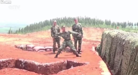 【動画あり】投げた手榴弾が目の前で爆発するハプニングが中国の軍事訓練で発生