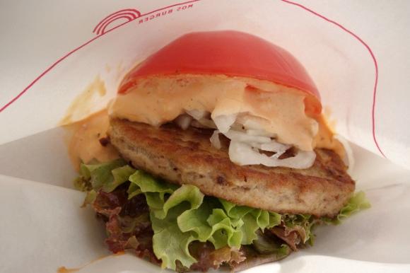 トマトで具材をサンドしたモスの「とま実バーガー」を食べてみた! パティもソースも味控えめで主役は野菜
