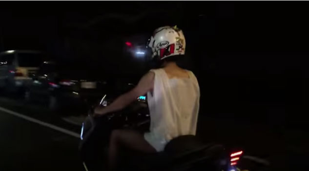【けしからん流行】台湾でビニール袋水着ブーム! ネット民「1万いいねでビニール袋を着てバイクで走ります♪」 → マッハで達成され約束が守られる