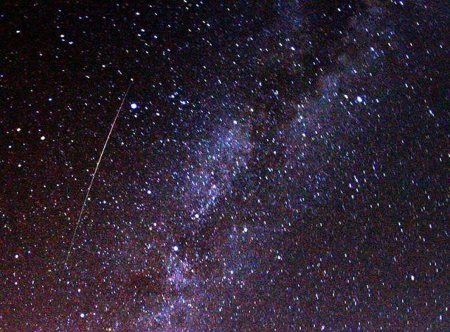 """【今夜は星を見よう】ペルセウス座流星群が """"8月12日夜~14日未明"""" に観測のピークを迎えるぞ / 今年は好条件! 1時間に30個以上見えるかも!?"""