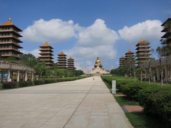 【ギンギラギンギン】スタバにコンビニ、4D映画にピラミッド? 台湾仏教の聖地はぶっ飛んでいた! Byクーロン黒沢