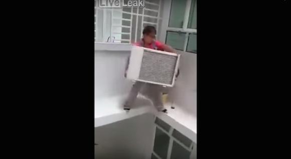 【閲覧注意動画】中国のエアコン工事がどこからどう見ても危険度MAX