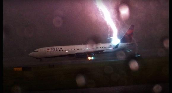 【衝撃動画】飛行機にカミナリが直撃する瞬間をとらえた恐怖映像が猛烈な勢いで拡散中