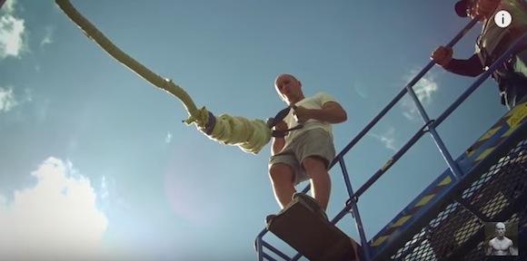 【衝撃動画】命綱つけず手に握ってバンジージャンプ! 己の腕だけを信じて飛翔する命知らずな男