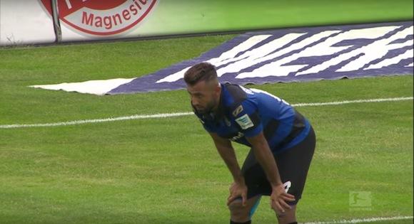 【衝撃サッカー動画】ドイツリーグでキャプテン翼の必殺技「反動蹴速迅砲」から切なすぎるオウンゴールが誕生