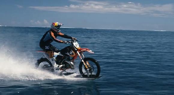 【衝撃動画】前代未聞の離れ業! 波の上を疾走するダートバイクが超カッコいい!!