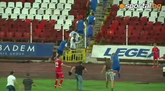 【衝撃サッカー動画】ラフプレーに激怒したサポーターがピッチに乱入して相手選手を排除する事件が勃発